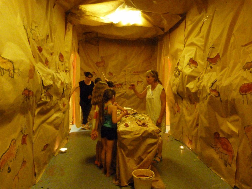 Fête de l'école - Dessiner sur les parois d'une grotte comme les hommes préhistoriques (01-07-2016)