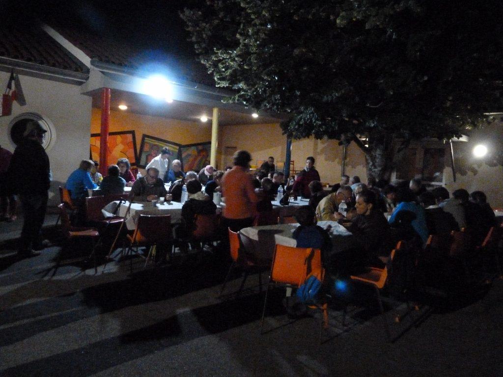 Randonnée nocturne - Dégustation de la soupe au fromage dans la cour de l'école (02-07-2016)