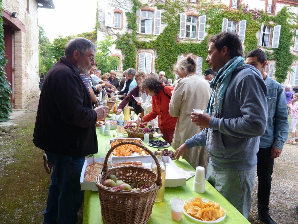 Dégustation de produit locaux (fruits et jus de fruits de saison de producteurs de Puycornet) après le concert (17/09/16)