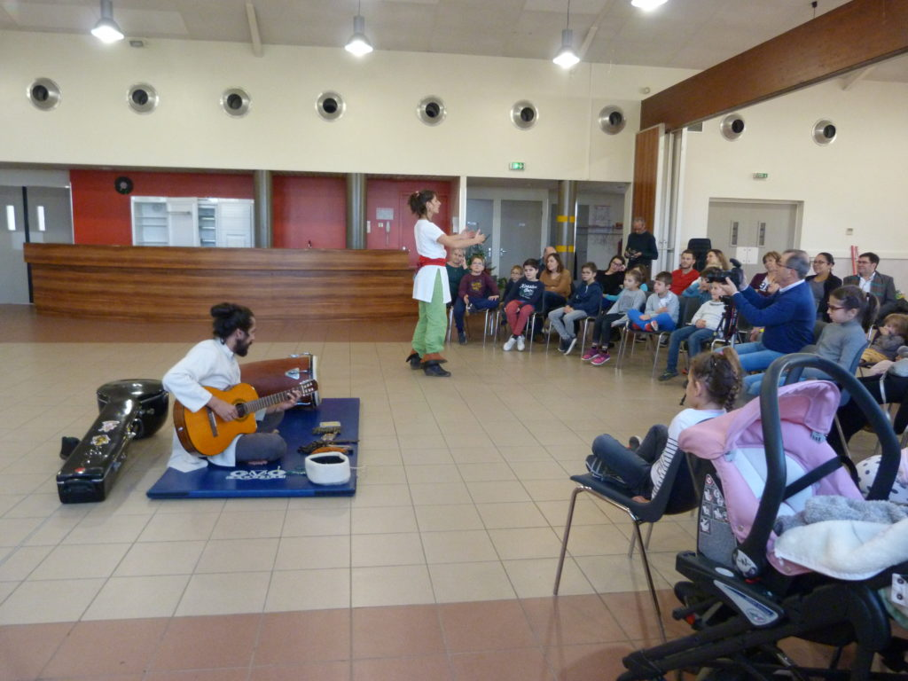 """Spectacle de Noël pour les enfants de la commune avec l'association """"Dansez la Terre"""", un duo conteuse/musicien. (18/12/2019)"""