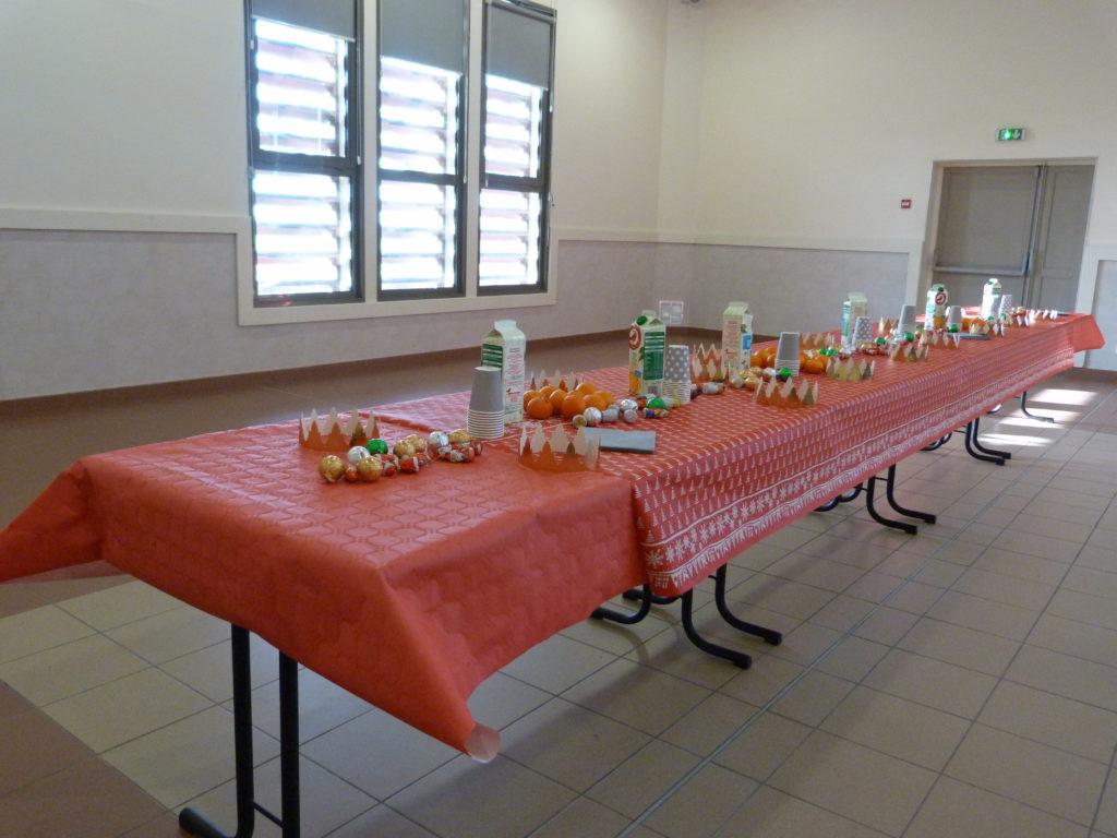 Après le spectacle, un goûter attend les enfants: chocolats, coques des rois et jus de fruits.
